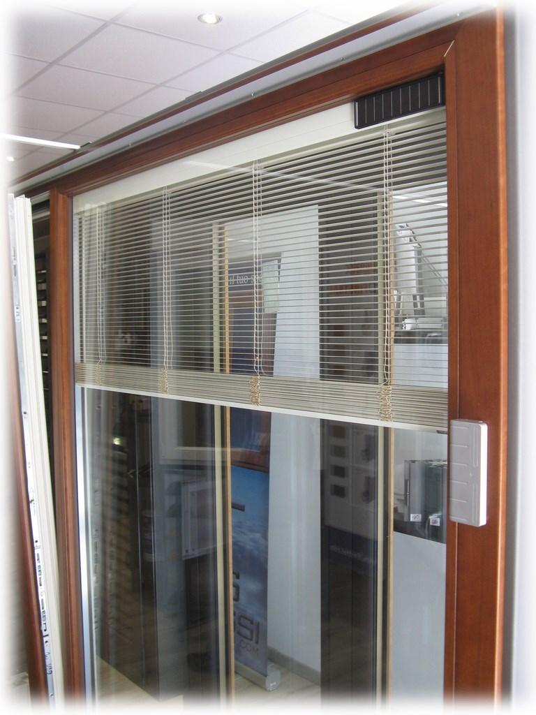 Finestre con veneziane interne finestre e persiane prezzi - Zanzariere per finestre genova ...